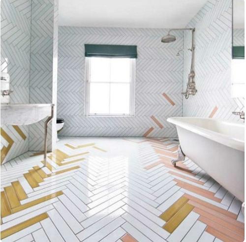 gạch thẻ ốp tường màu trắng kết hợp cùng gạch màu tạo sự khác biệt