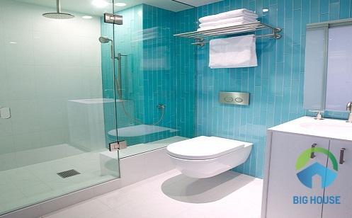 gạch ốp nhà tắm màu xanh trắng đem lại vẻ đẹp tinh tế