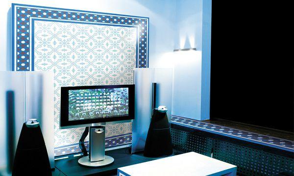 Gạch bông màu xanh ốp tường phòng khách