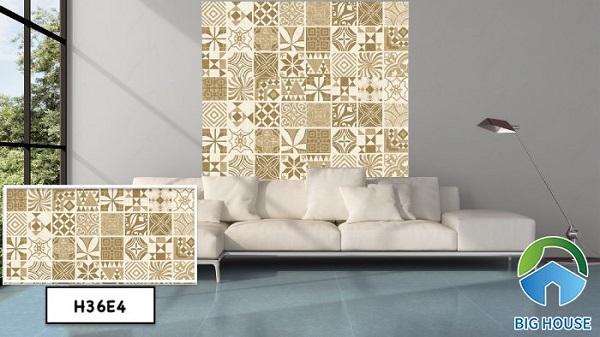 Đầu tiên là mẫu gạch Bạch Mã H36E4 với tone nâu chủ đạo ốp một phần tường phòng khách. Gạch giúp toát lên vẻ đẹp ấm cúng cho không gian.