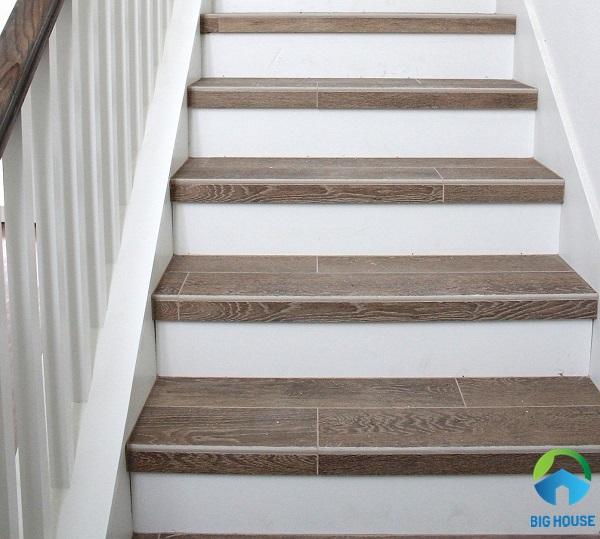 gạch lát cầu thang giả vân gỗ đẹp - lịch sự