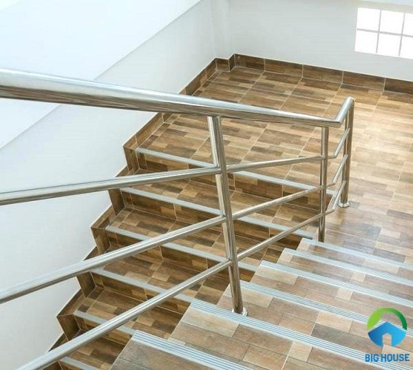 mẫu gạch lát cầu thang giả vân gỗ