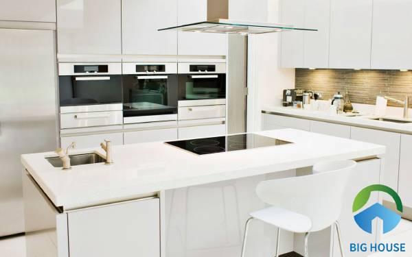 có nên lát gạch mặt bếp hay không?