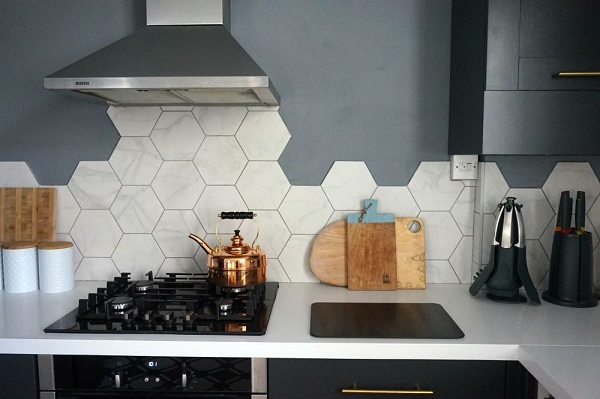gạch lục giác ốp tường bếp vân đá mờ