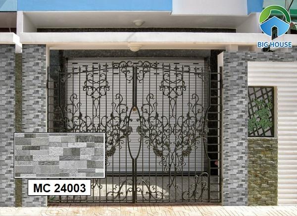 Mẫu gạch MC 24003 ốp cột cổng kích thước 20x40 rất được ưa chuộng hiện nay. Gạch sở hữu gam màu xám trung tính với những mảng màu đậm nhật rất độc đáo.