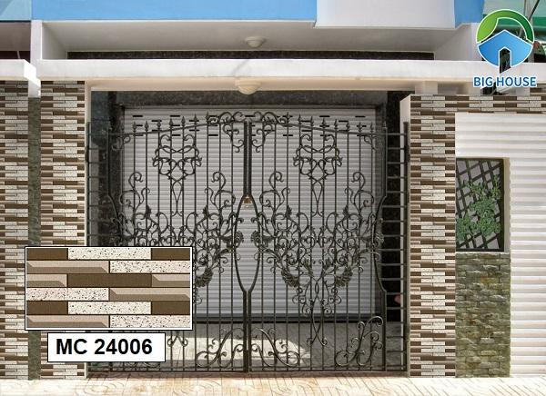 Ngoài ra, gạch MC 24006 cũng là một sự lựa chọn lý tưởng. Mẫu gạch ốp cổng đẹp với màu nâu trầm ấm cúng được nhiều gia chủ lựa chọn.