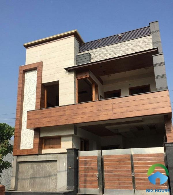 Sử dụng gạch giả gỗ ốp đan xen tạo điểm nhấn cho mặt tiền nhà