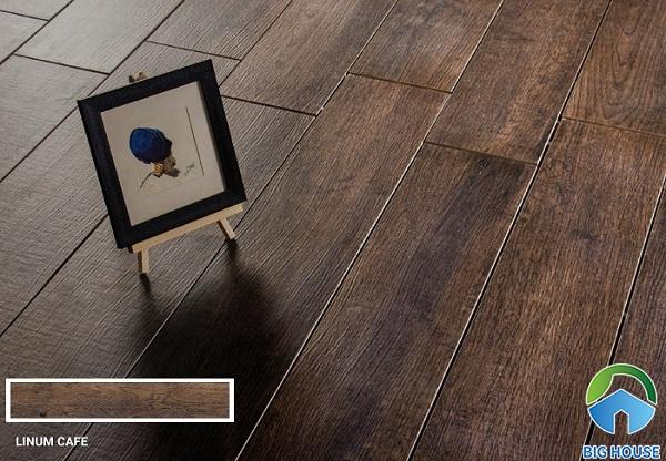 Thiết kế đường vân gỗ cực tự nhiên, chân thực giống hệt với các mẫu gỗ lát sàn. Đây là một trong những mẫu gạch thẻ giả gỗ đang được săn đón nhất trong năm nay