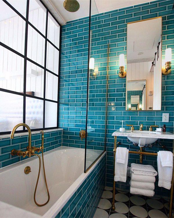 Gạch thẻ màu xanh mang lại vẻ đẹp độc đáo, phá cách cho phòng tắm