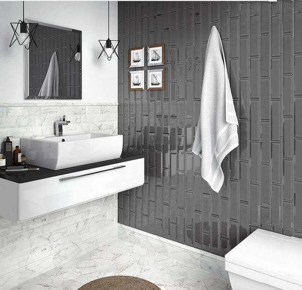 Gạch thẻ ốp tường màu xám kết hợp hoàn hảo với mẫu gạch lát nền màu trắng họa tiết vân đá
